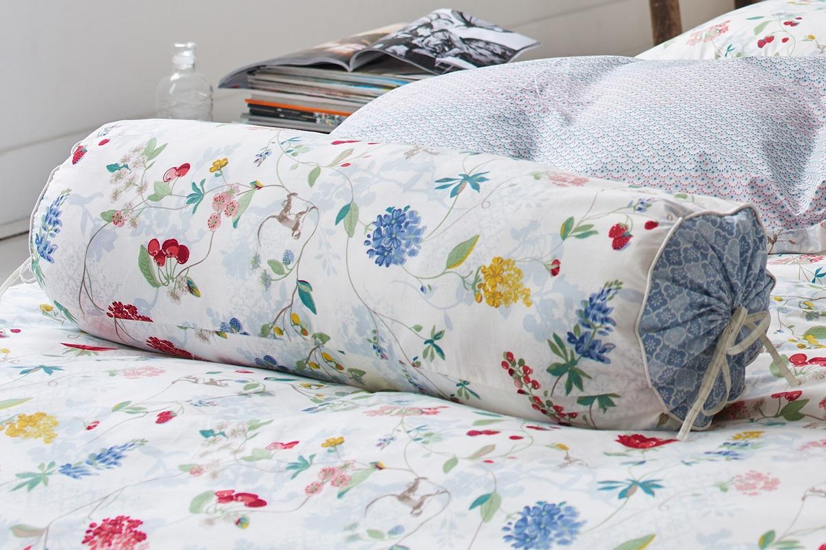 Подушка валик на кровати
