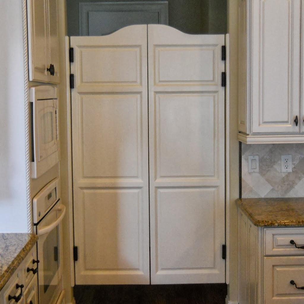 Распашная маятниковая дверь на кухне