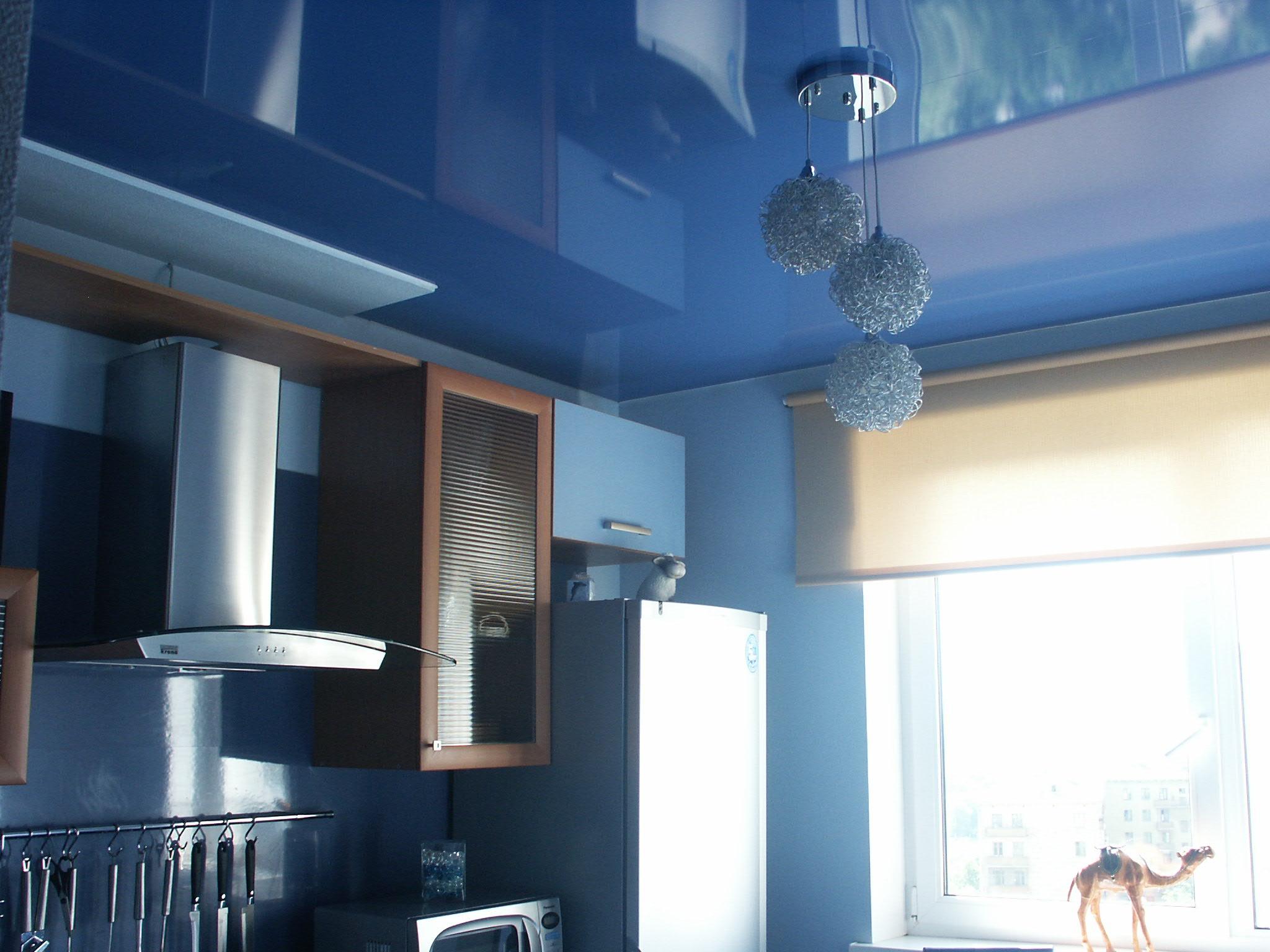 Цветной натяжной потолок на кухне