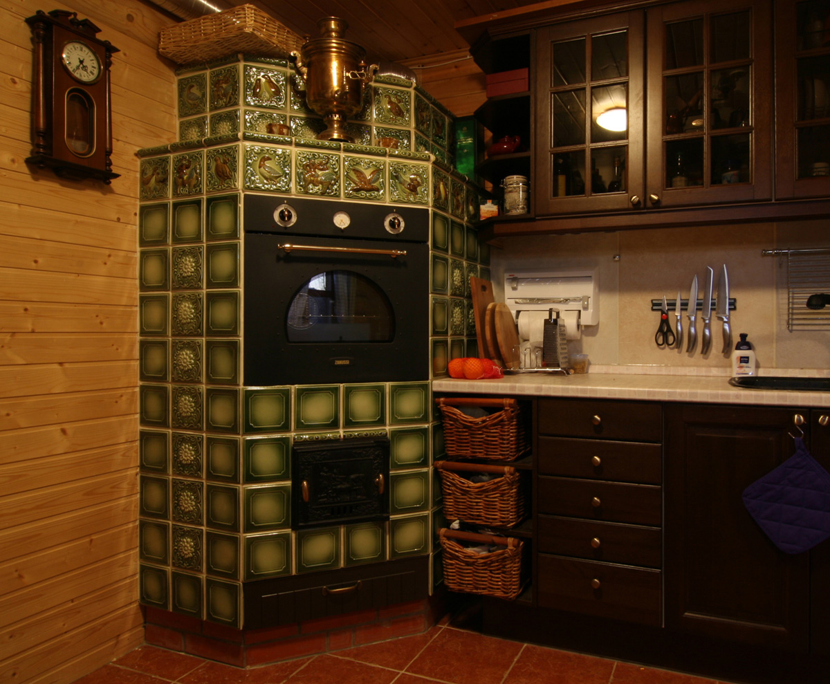 Изразцовая печь на кухне