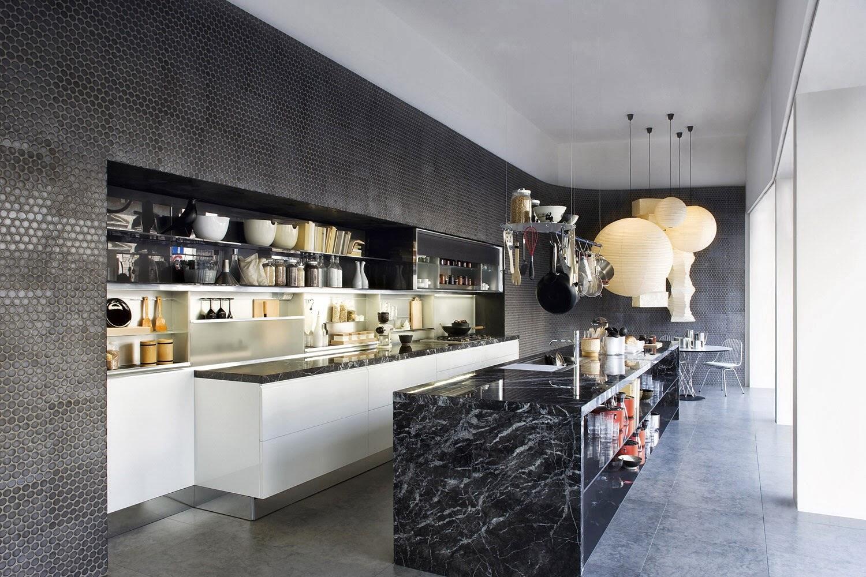 Столешница из черного мрамора в интерьере кухни