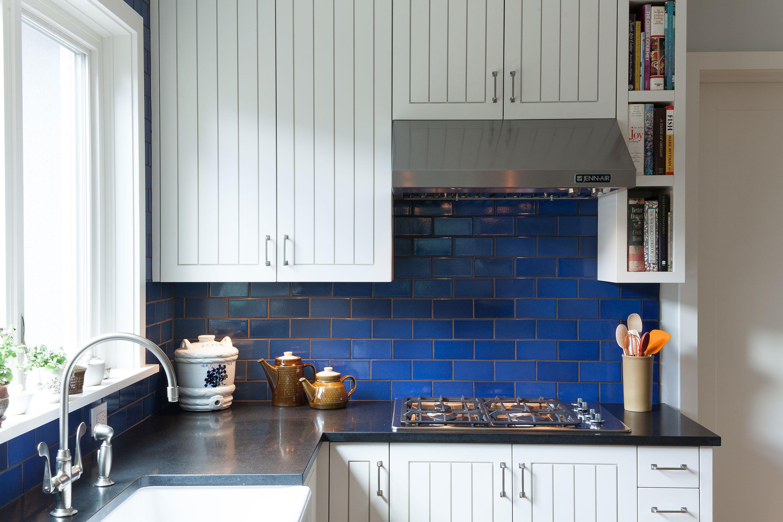 Синяя плитка на фартуке кухни