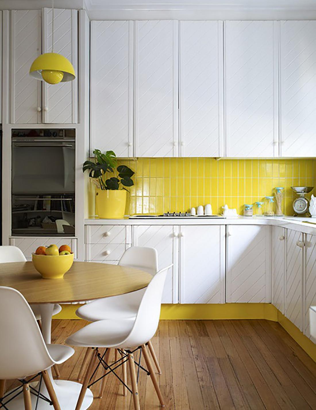 Желтая плитка на кухне