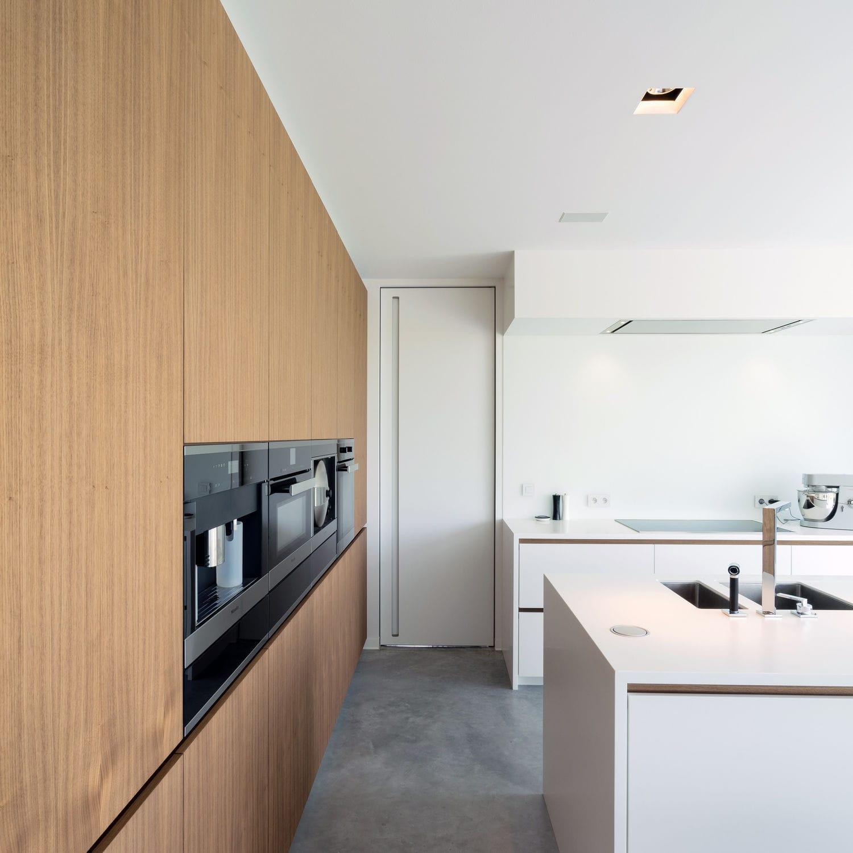 Дверь скрытого монтажа на кухне