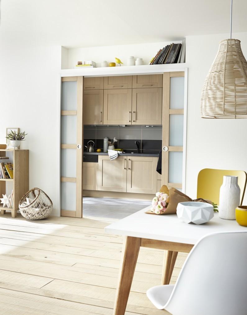 Перегородка с дверями купе между кухней и гостиной