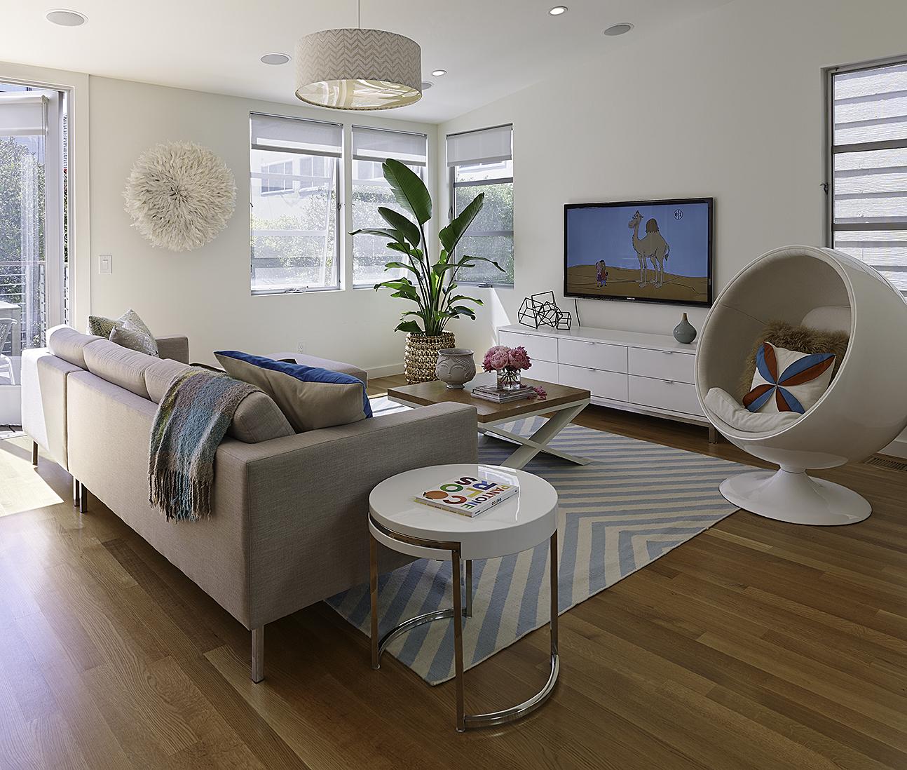 Кресло-шар в интерьере гостиной