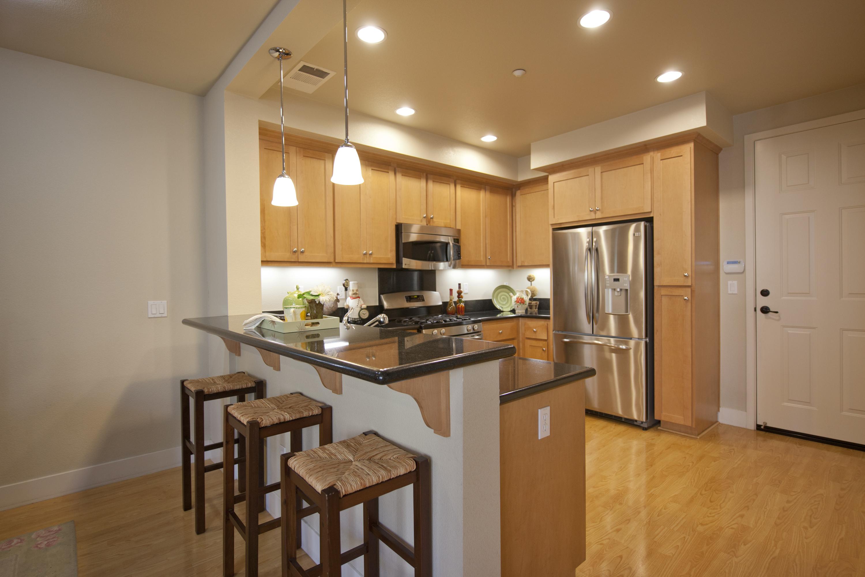 Кухонный гарнитур с барной стойкой в интерьере квартиры
