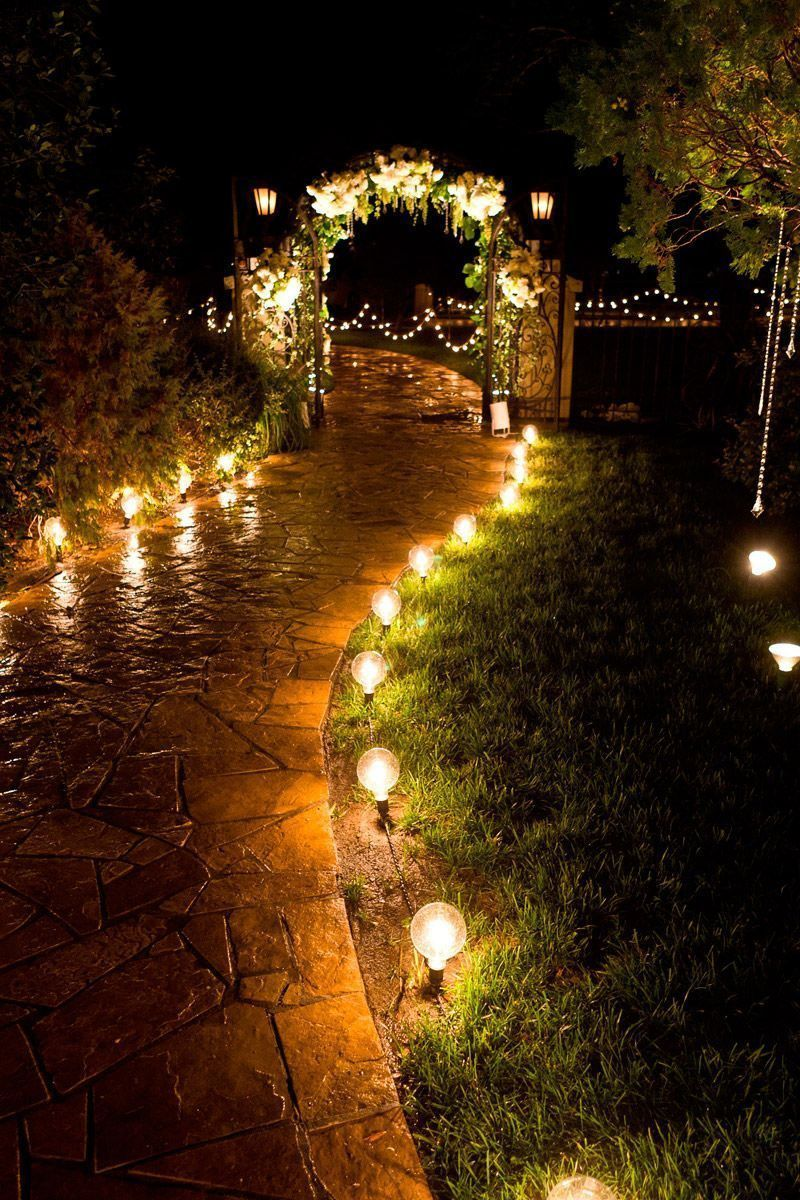 Лампа с фотореле в саду