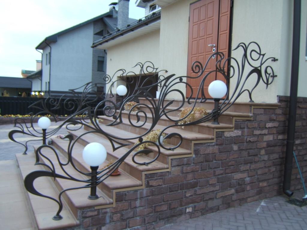 Кованое крыльцо с лампами