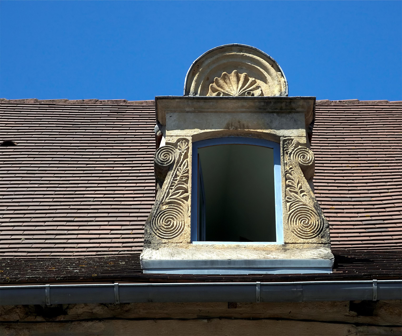 Слуховое окно с лепниной