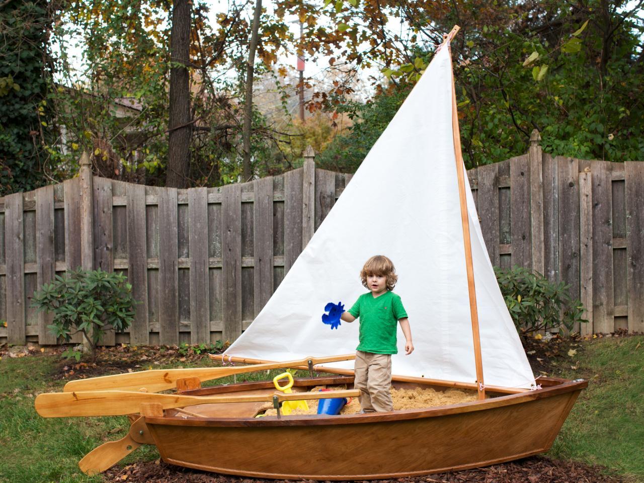 Детская песочница из лодки