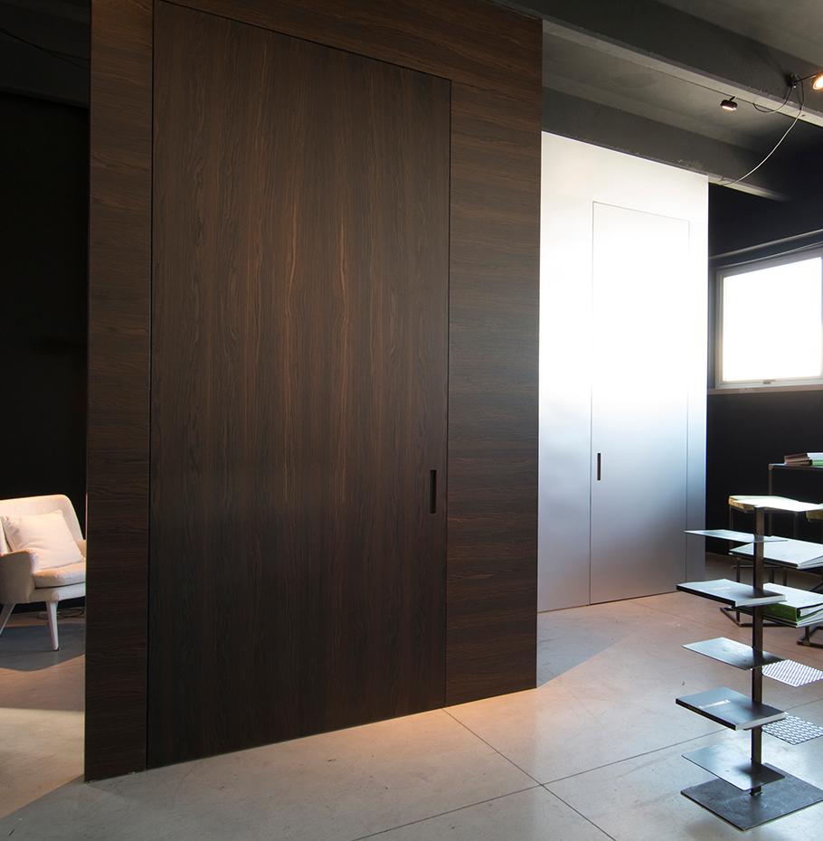 Дверь из палисандра в интерьере лофта