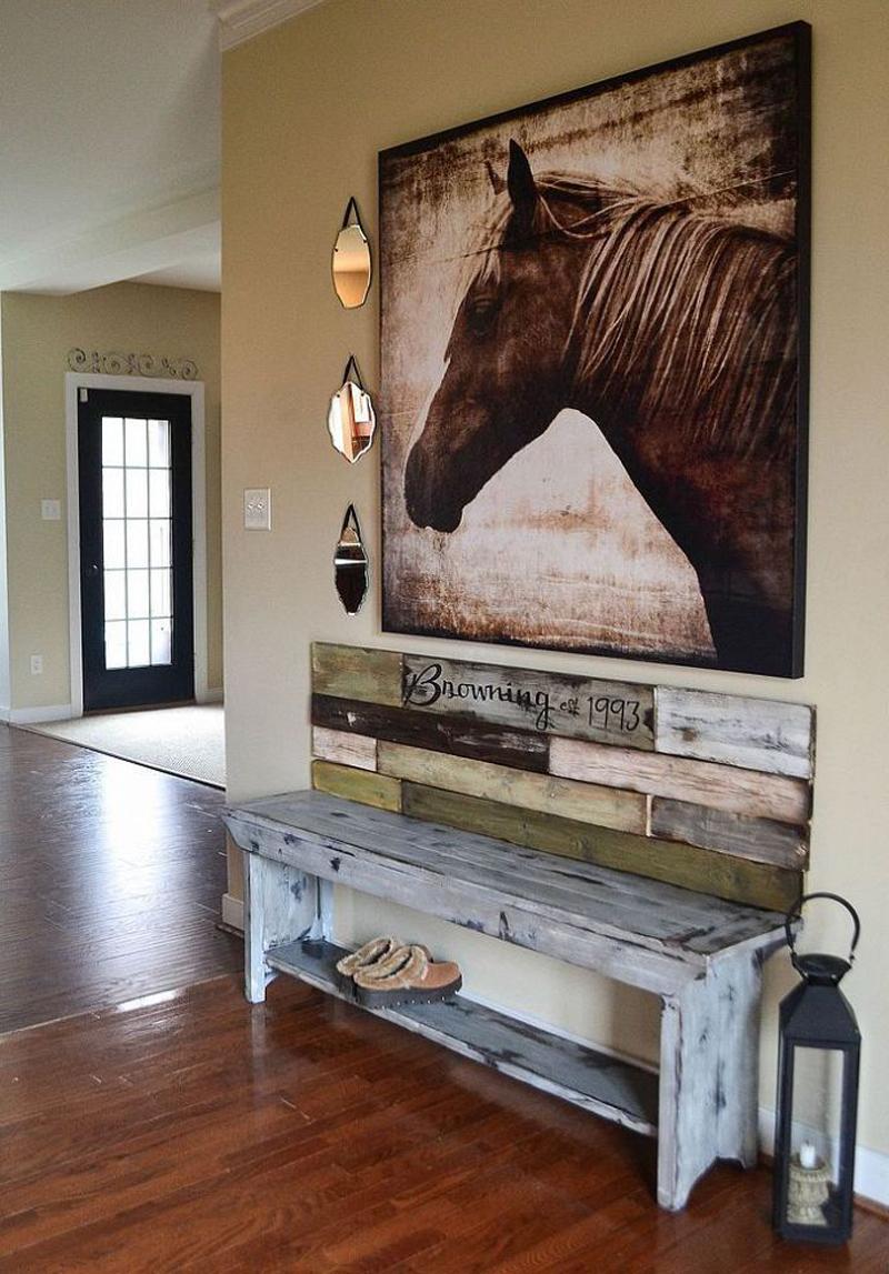 Картина с изображением лошади в прихожей