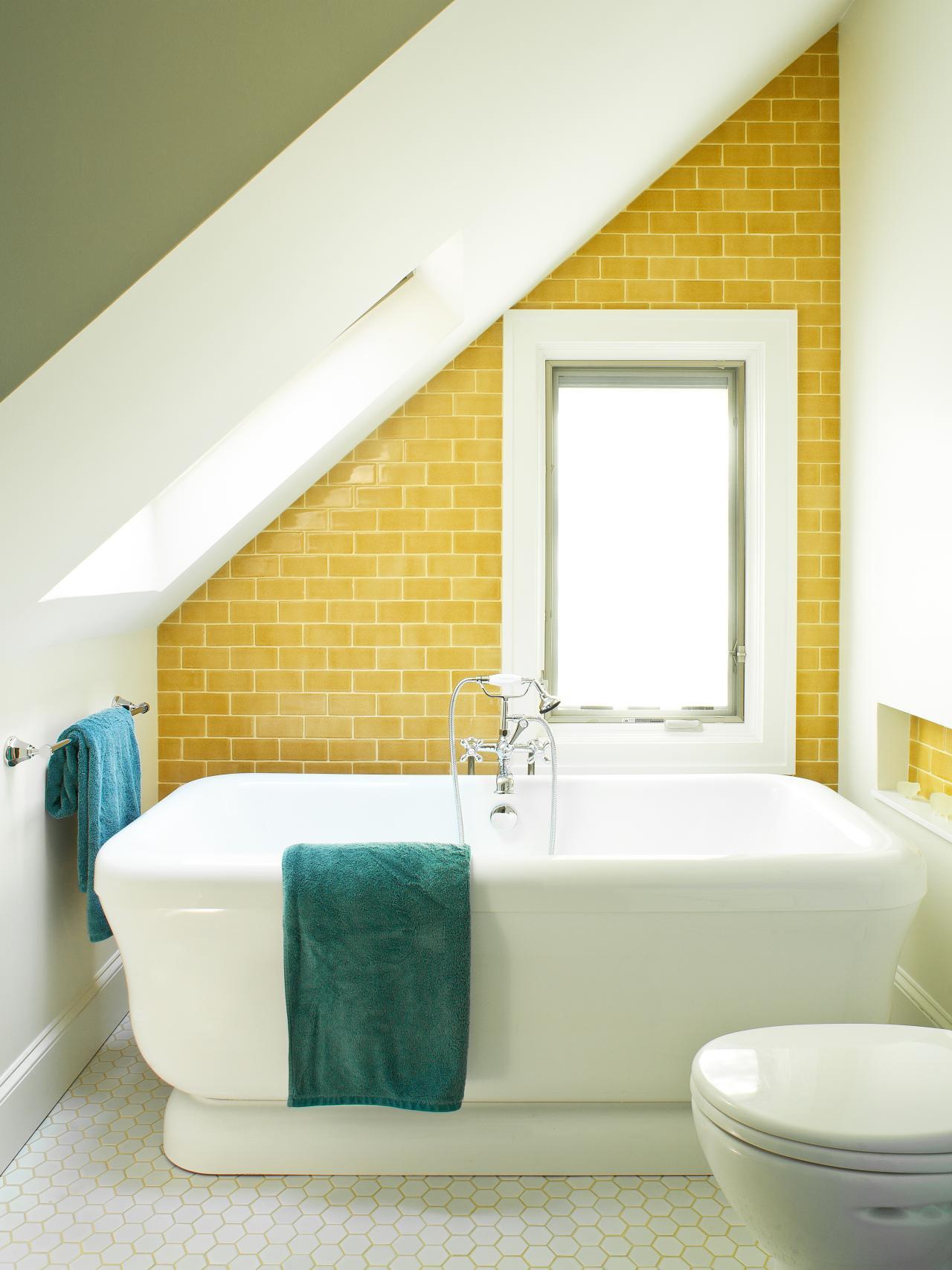 Желтая плитка в ванной на мансарде