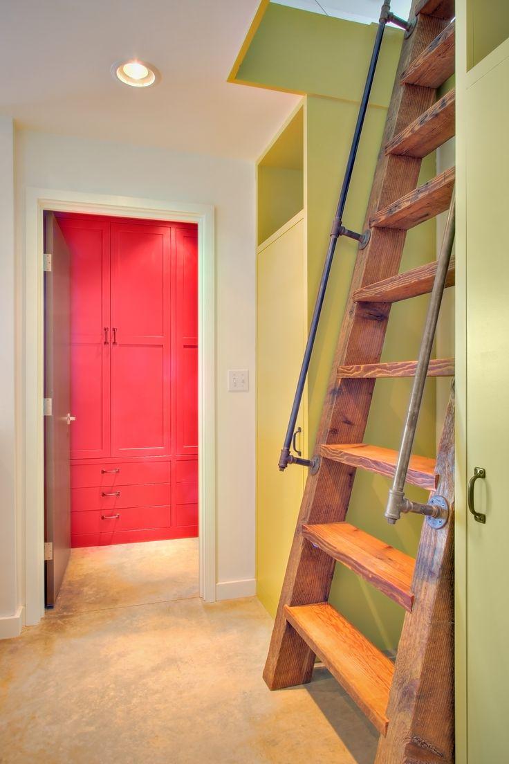 Чердачная лестница из массива дерева