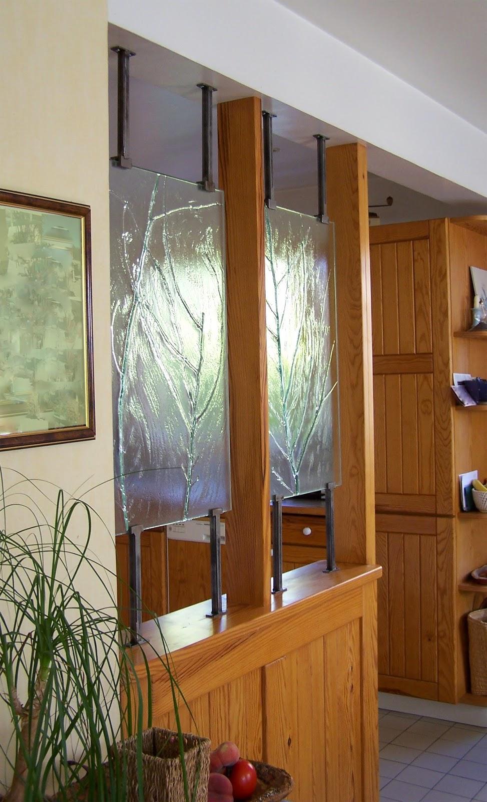 Перегородка между кухней и гостиной из массива со стеклом