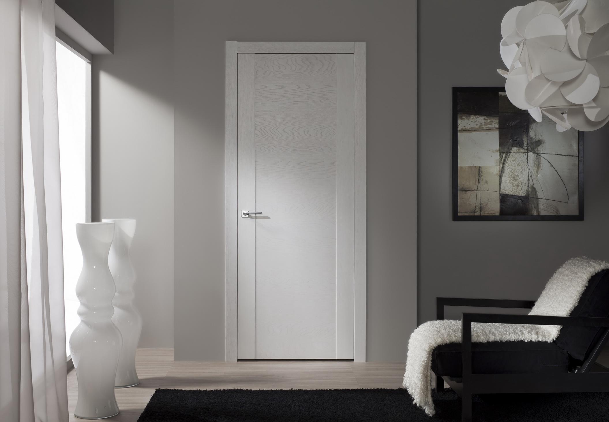 Белая дверь из МДФ