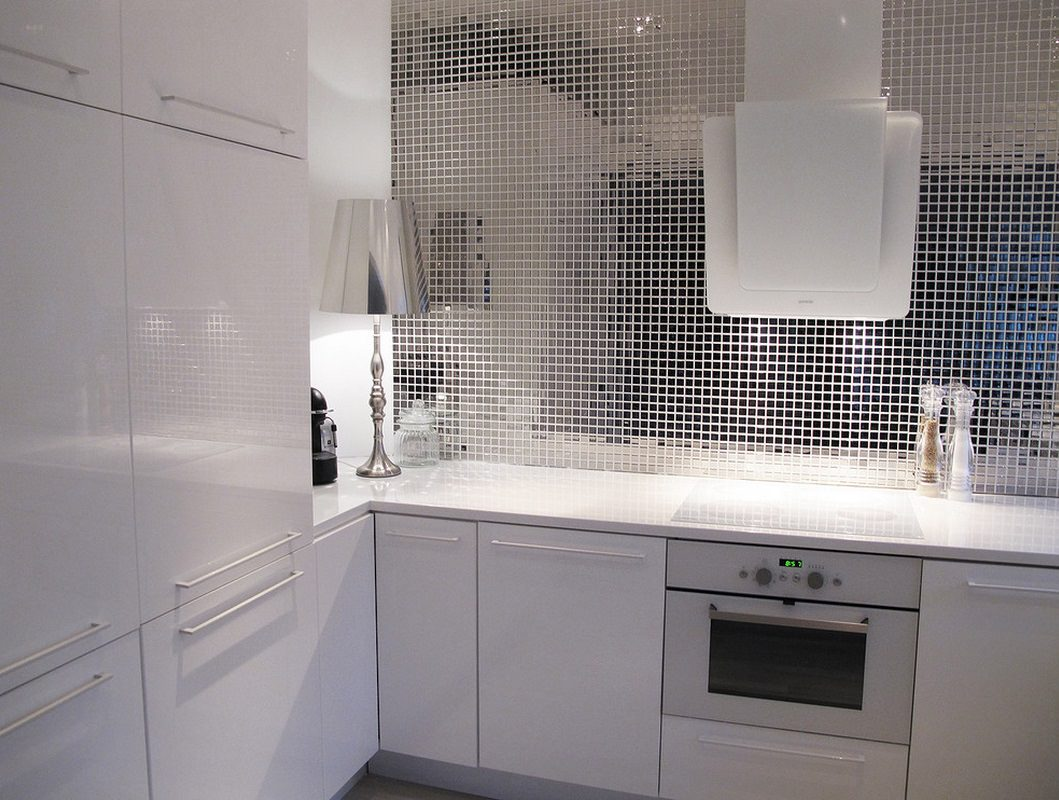 Металлическая мозаика на фартуке кухни