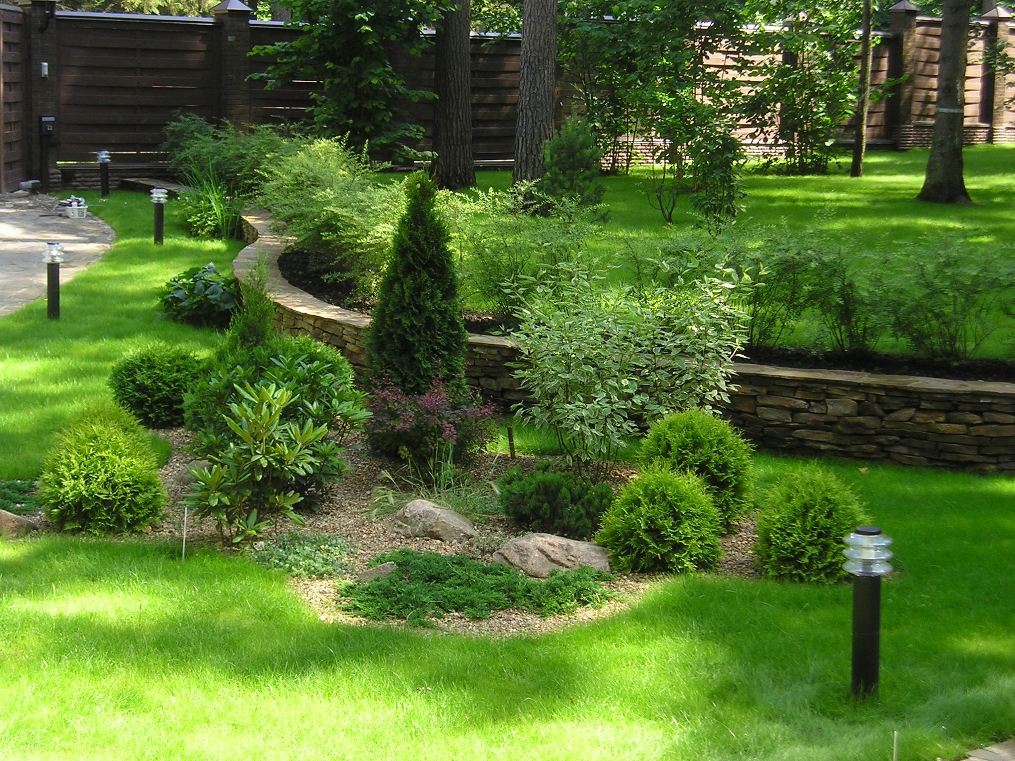 Миксбордер в дизайне двора частного дома