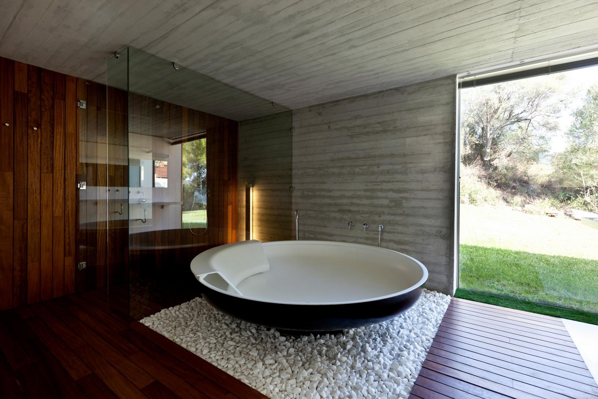 Круглая ванна в стиле минимализма