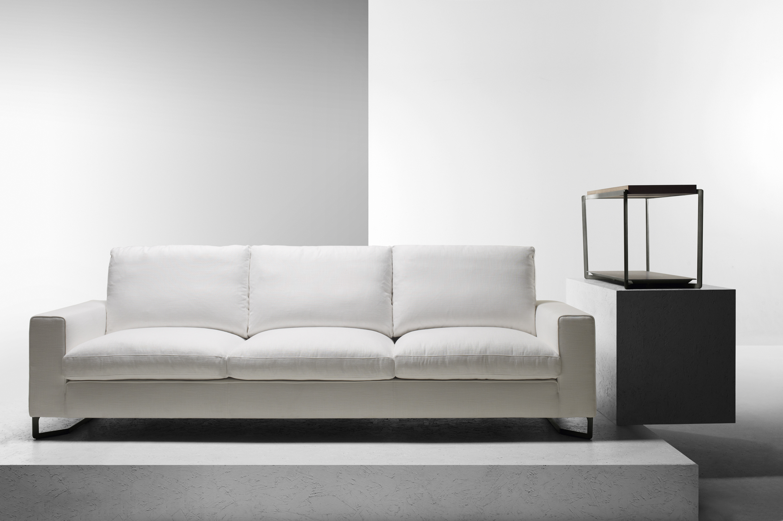 Белый диван в минималистском стиле