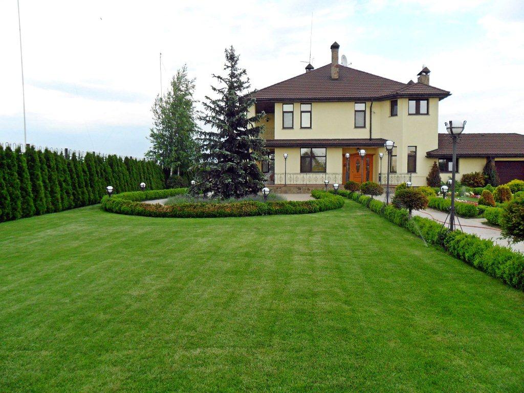 Дизайн двора дома в минималистском стиле