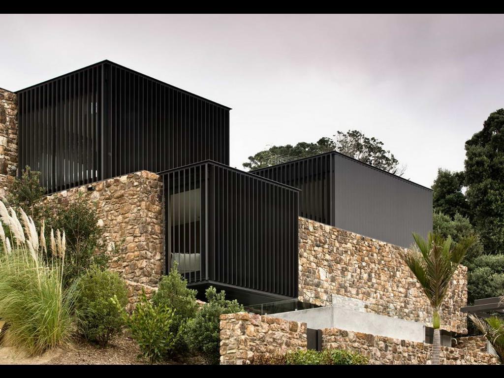 Фасадные панели из камня на доме в стиле модерн