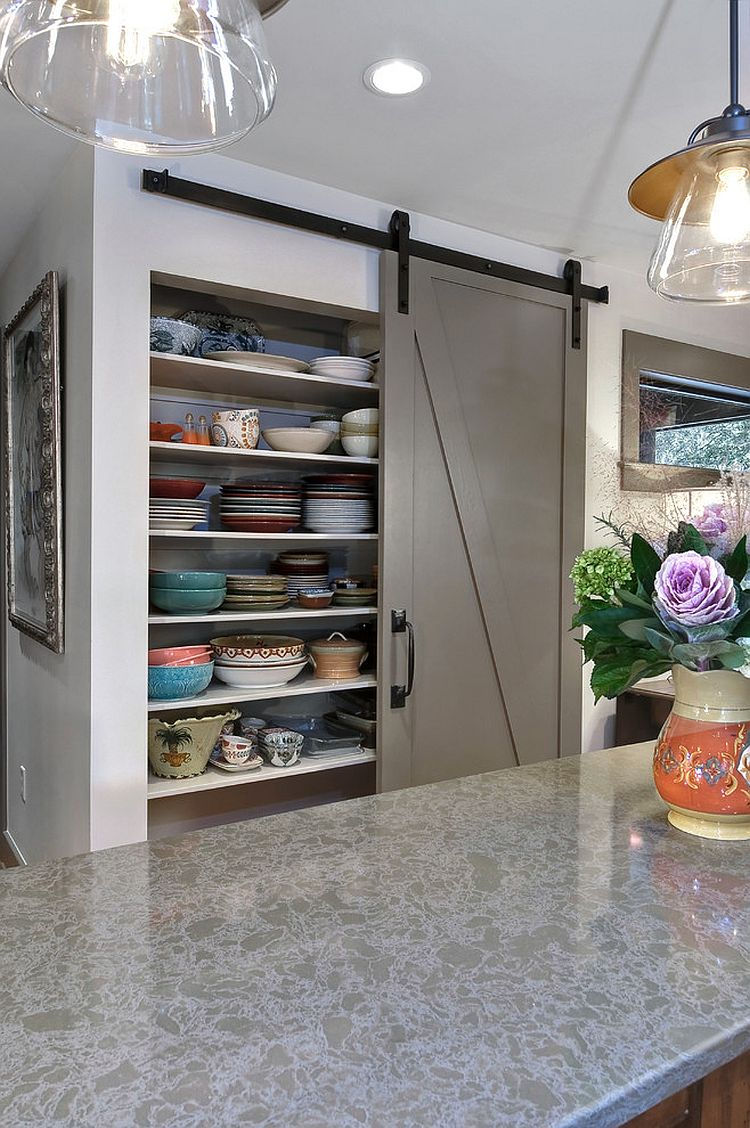 Интерьер кухни в стиле модерн с кладовкой
