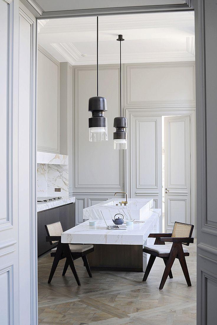 Белая дверь в стиле модерн