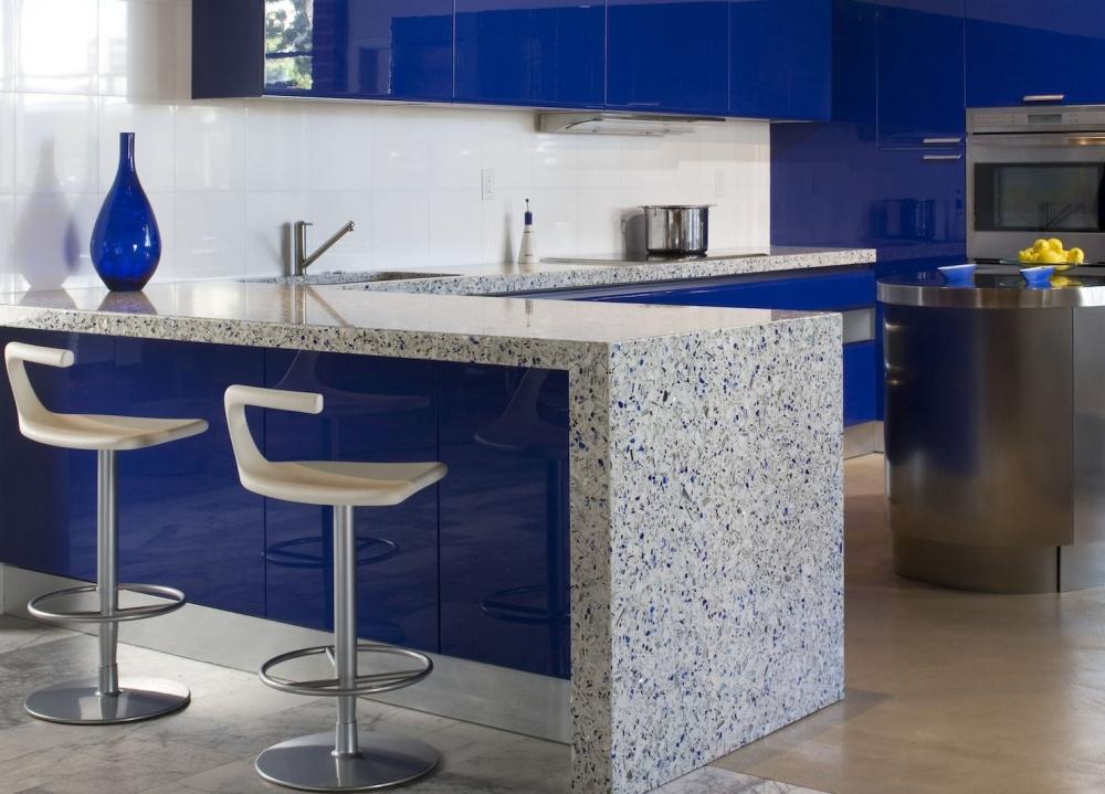 Кухня с барной стойкой в стиле модерн