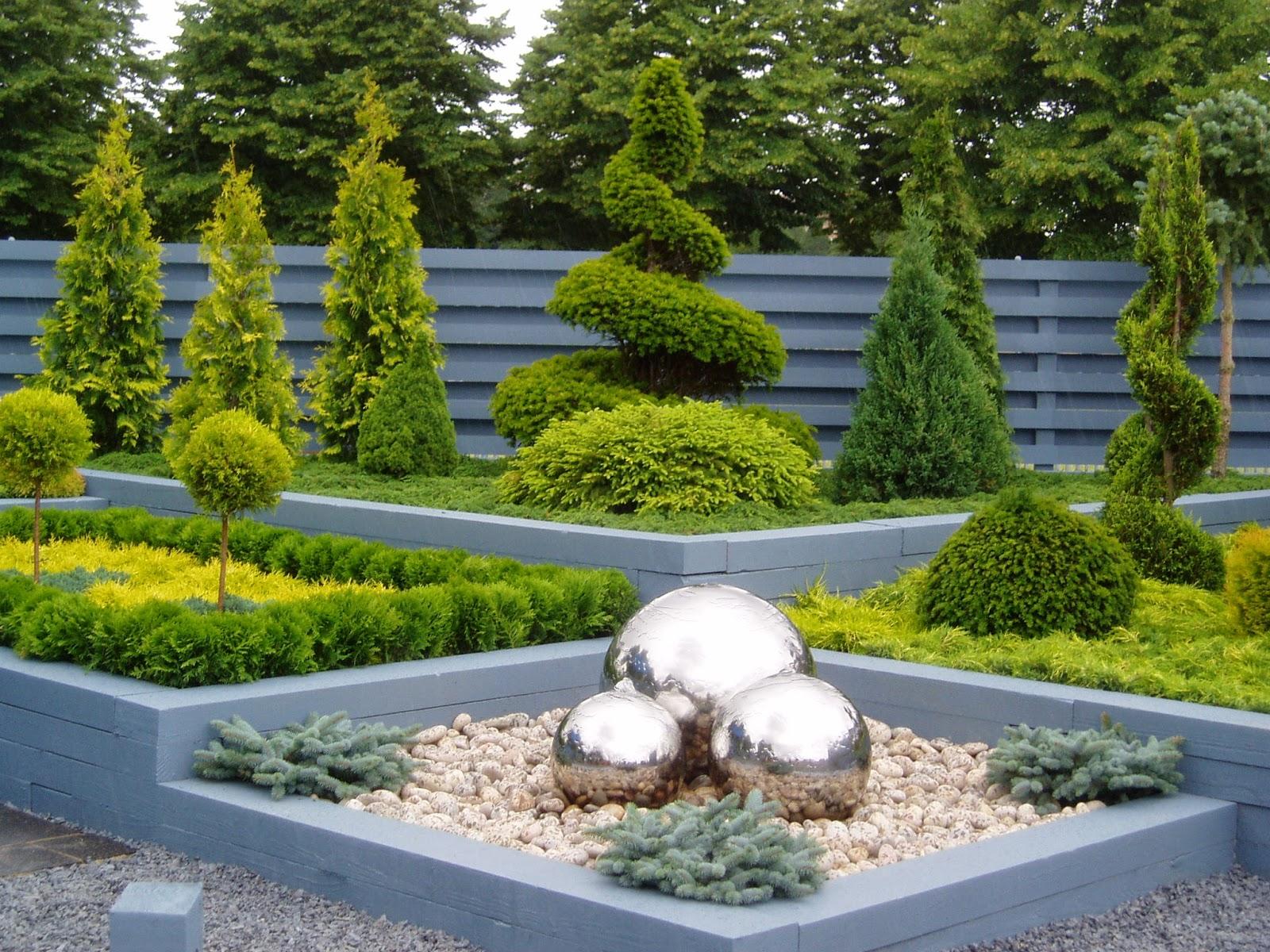 Сад в стиле модерн с вечнозелеными растениями