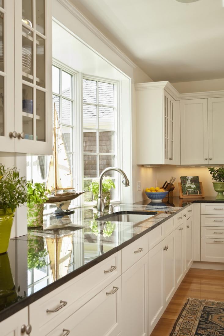 Эркерное окно над кухонной мойкой