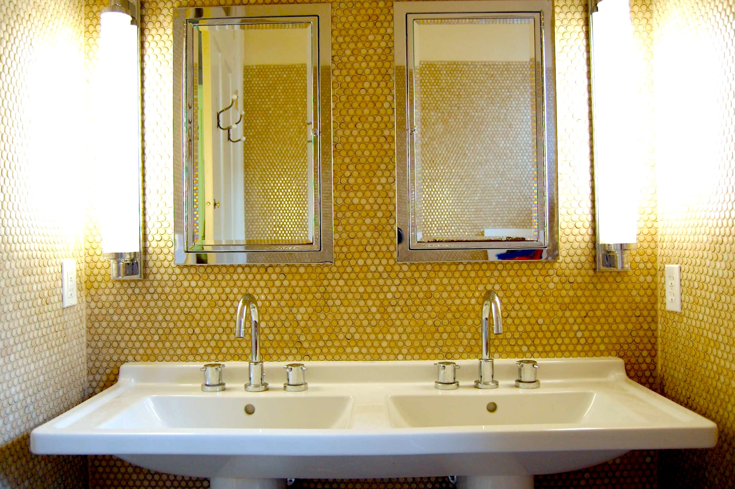 Круглая мозаика в ванной желтого цвета
