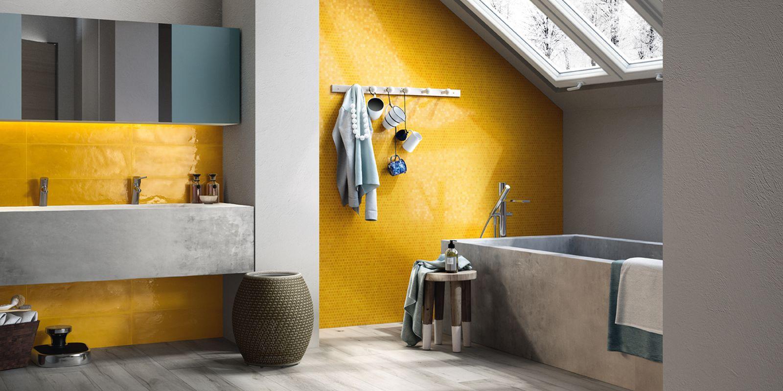 Желтая шестиугольная мозаика в ванной