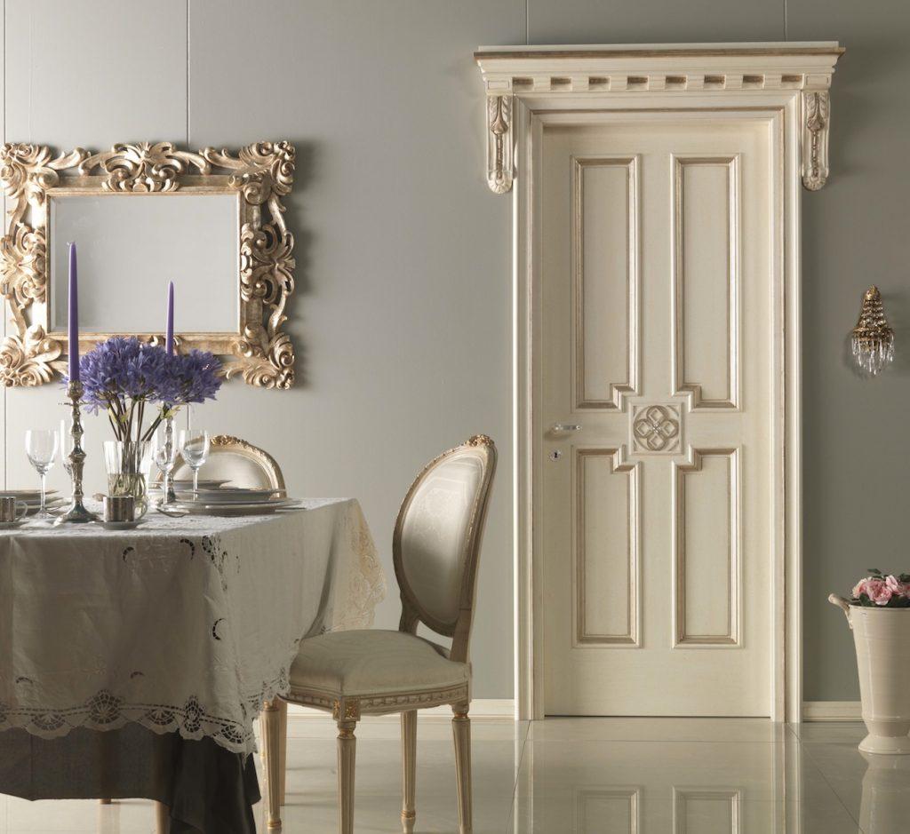 Белая дверь с декоративными наличниками