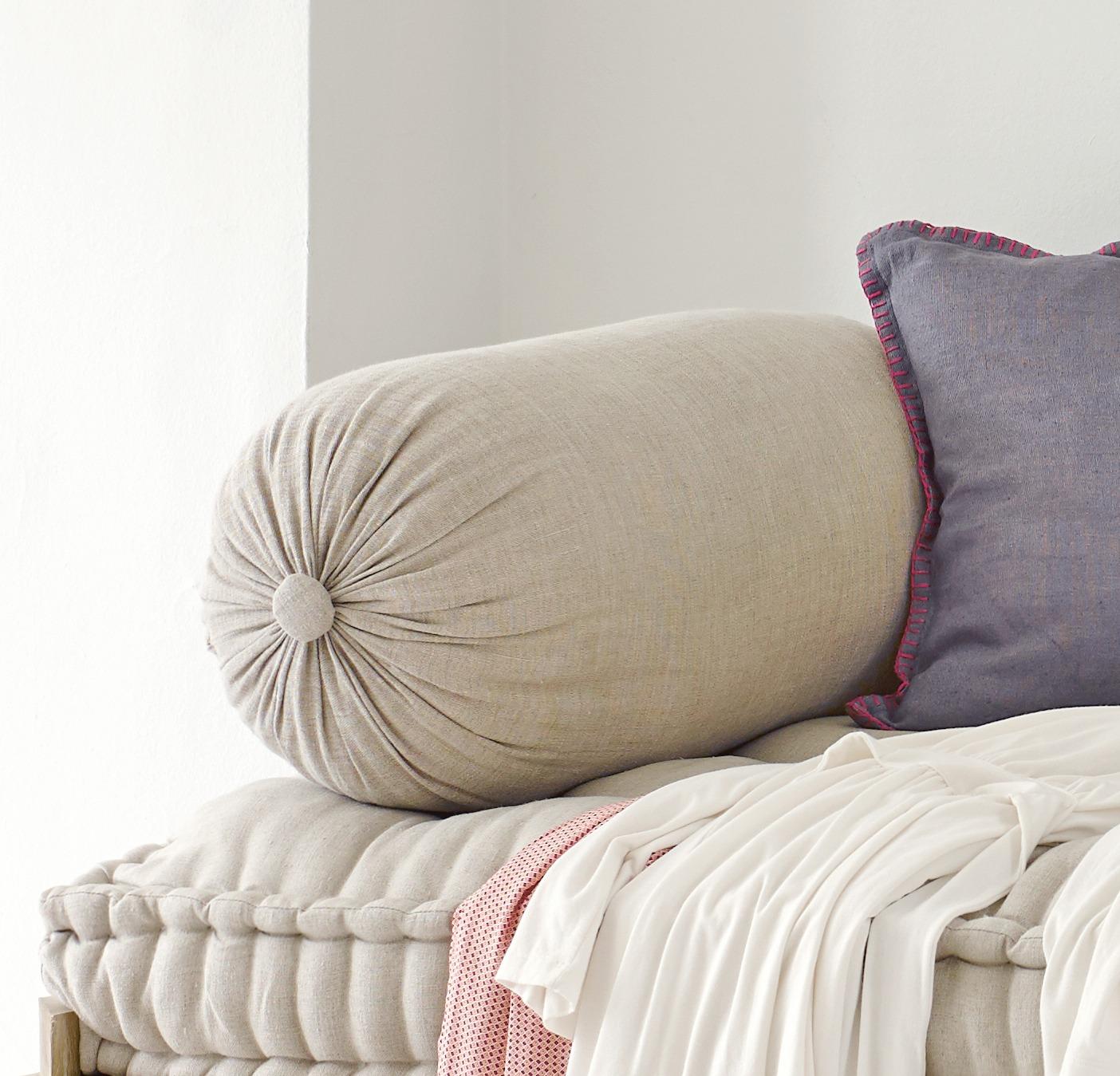 Подушка-валик с синтетическим наполнителем