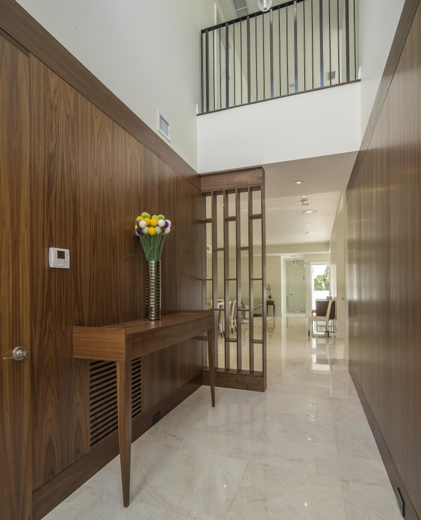 Стеновые панели из натурального дерева в коридоре
