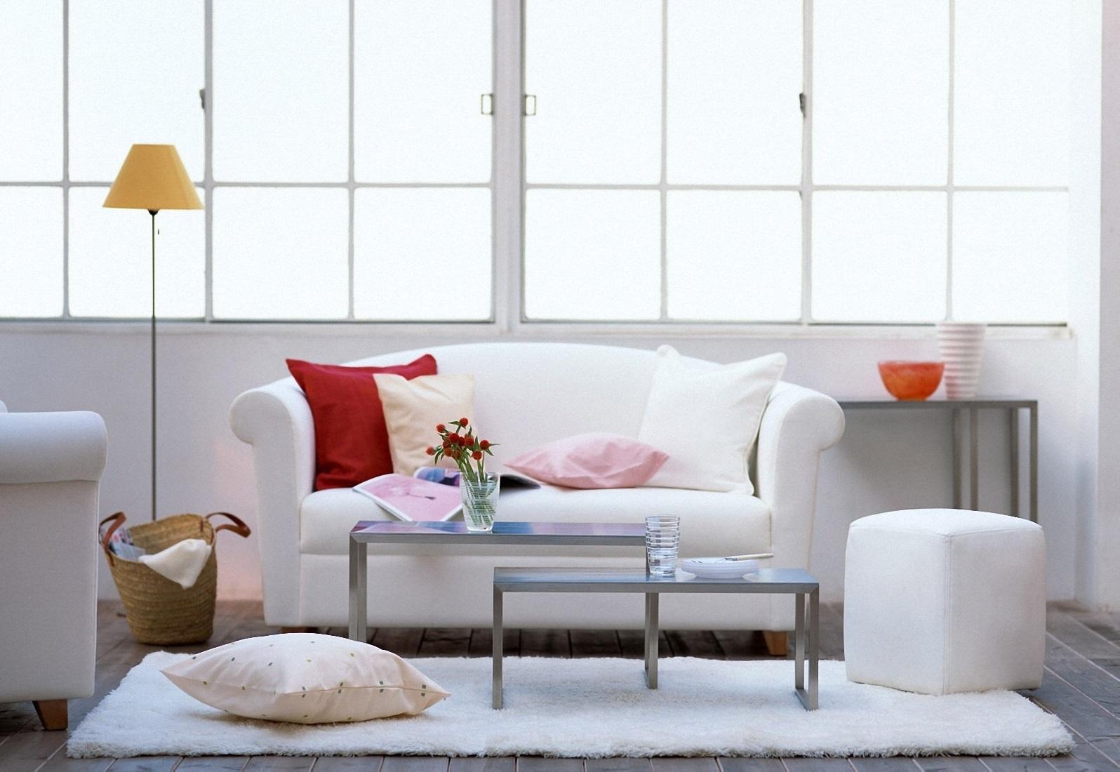Белый небольшой диван