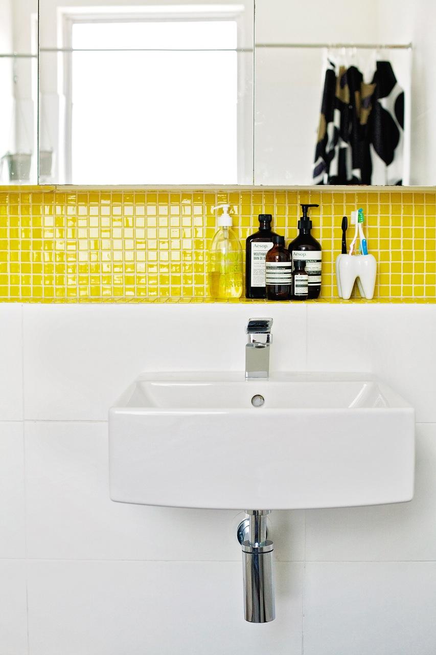 Желтая мозаика в нише ванной