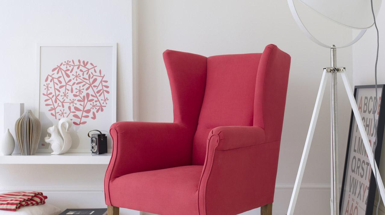 Малиновая обивка кресла