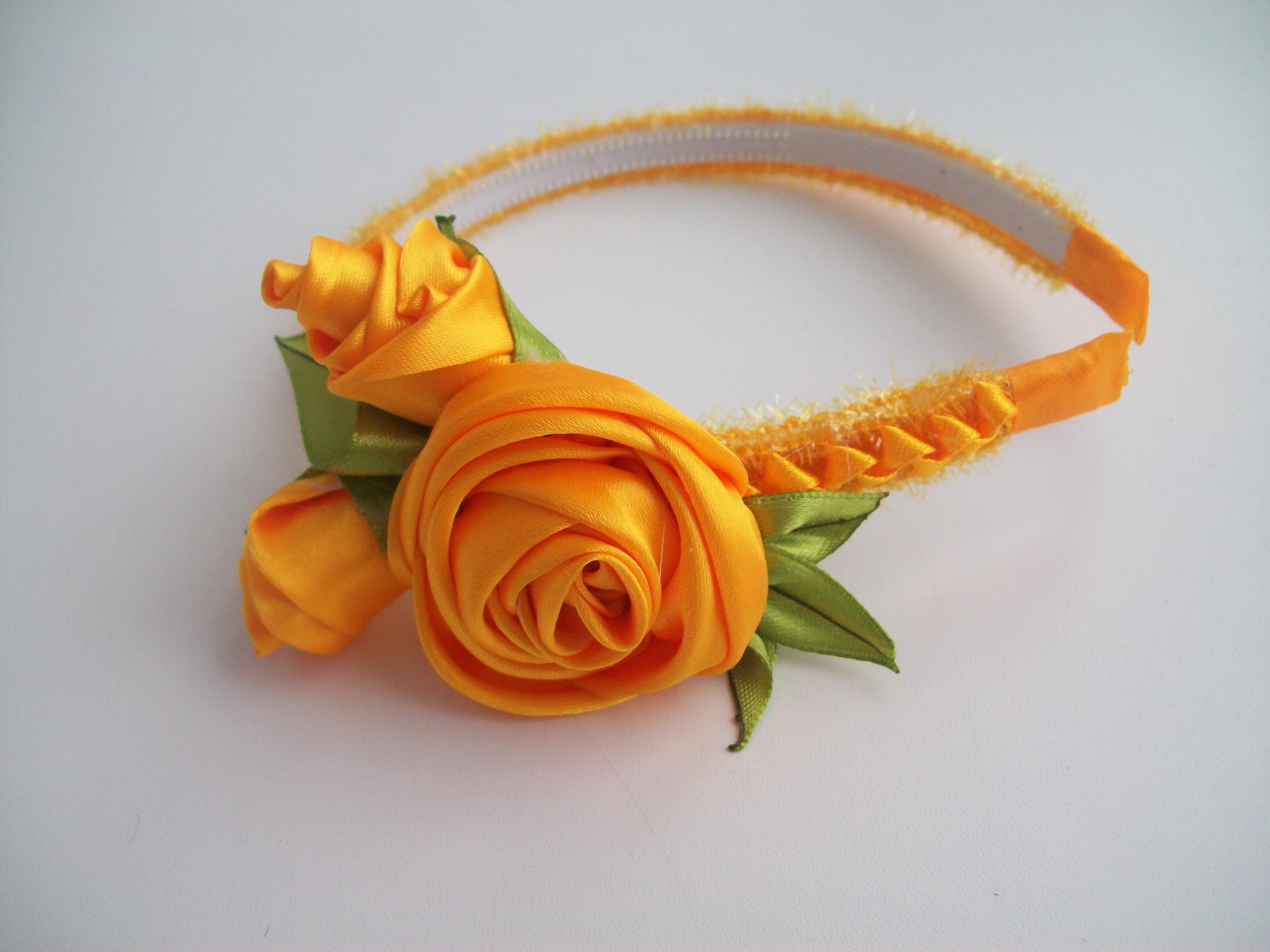 Цветы из лент на ободке