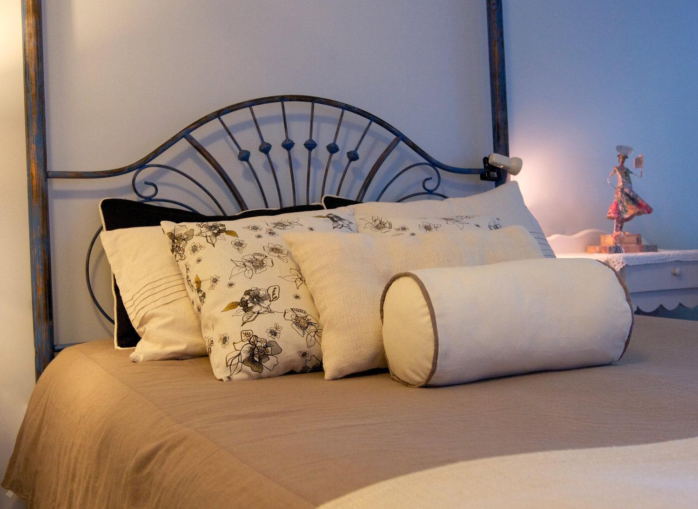 Подушка валик однотонная