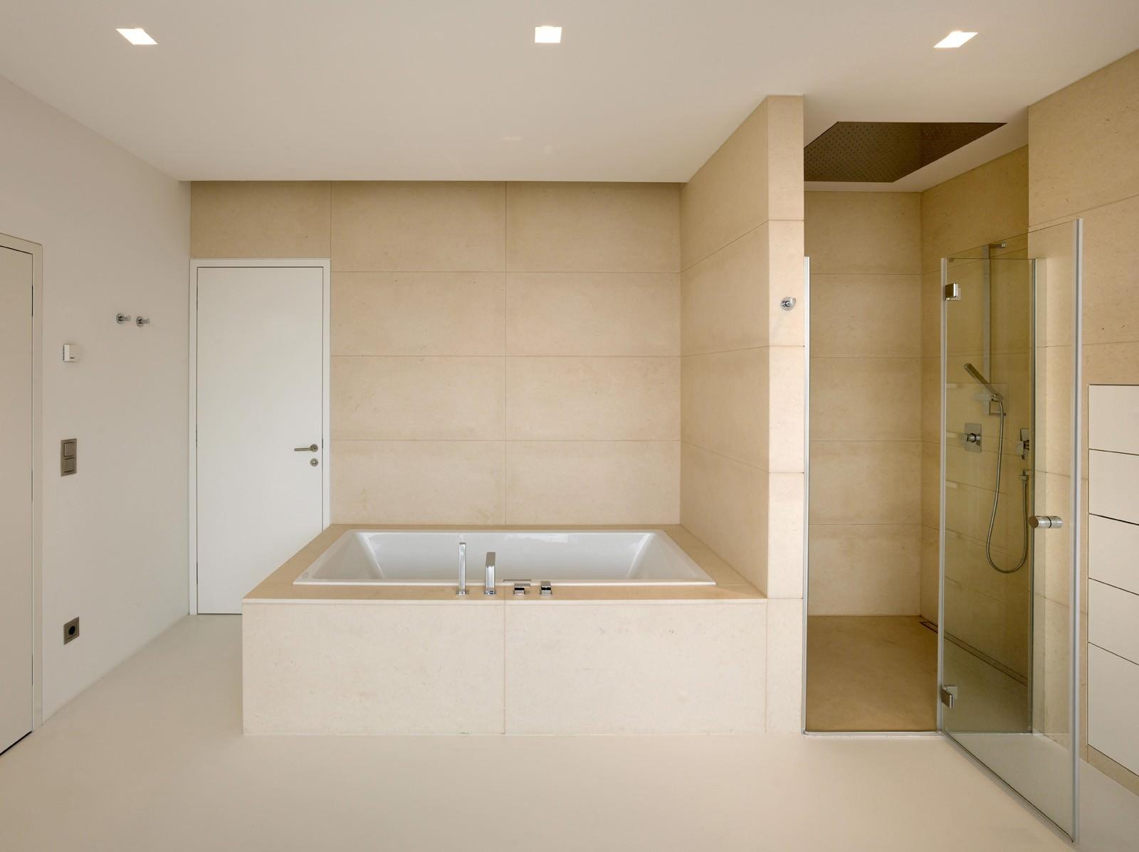 Однотонная бежевая плитка в ванной