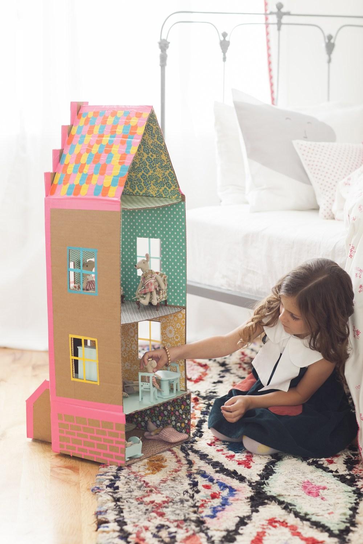 Кукольный домик из картона с окнами