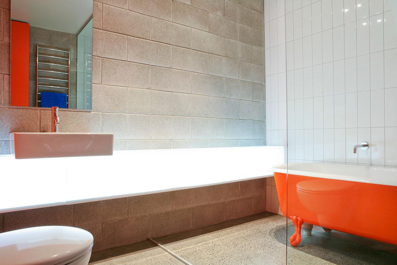 Чугунная ванна оранжевого цвета