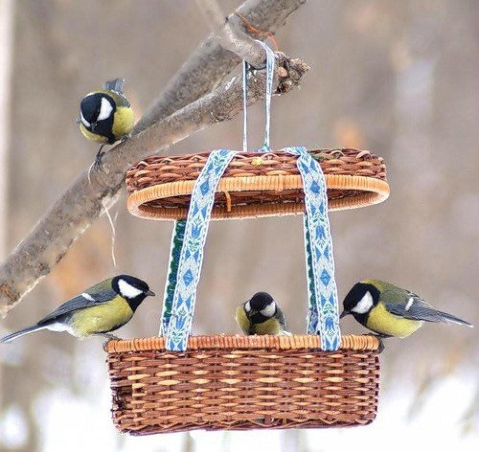 Кормушка для птиц из корзины