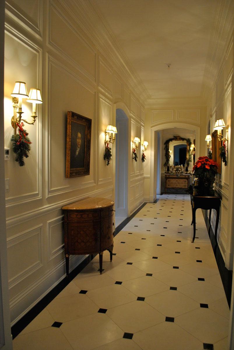 Стеновые панели в коридоре особняка