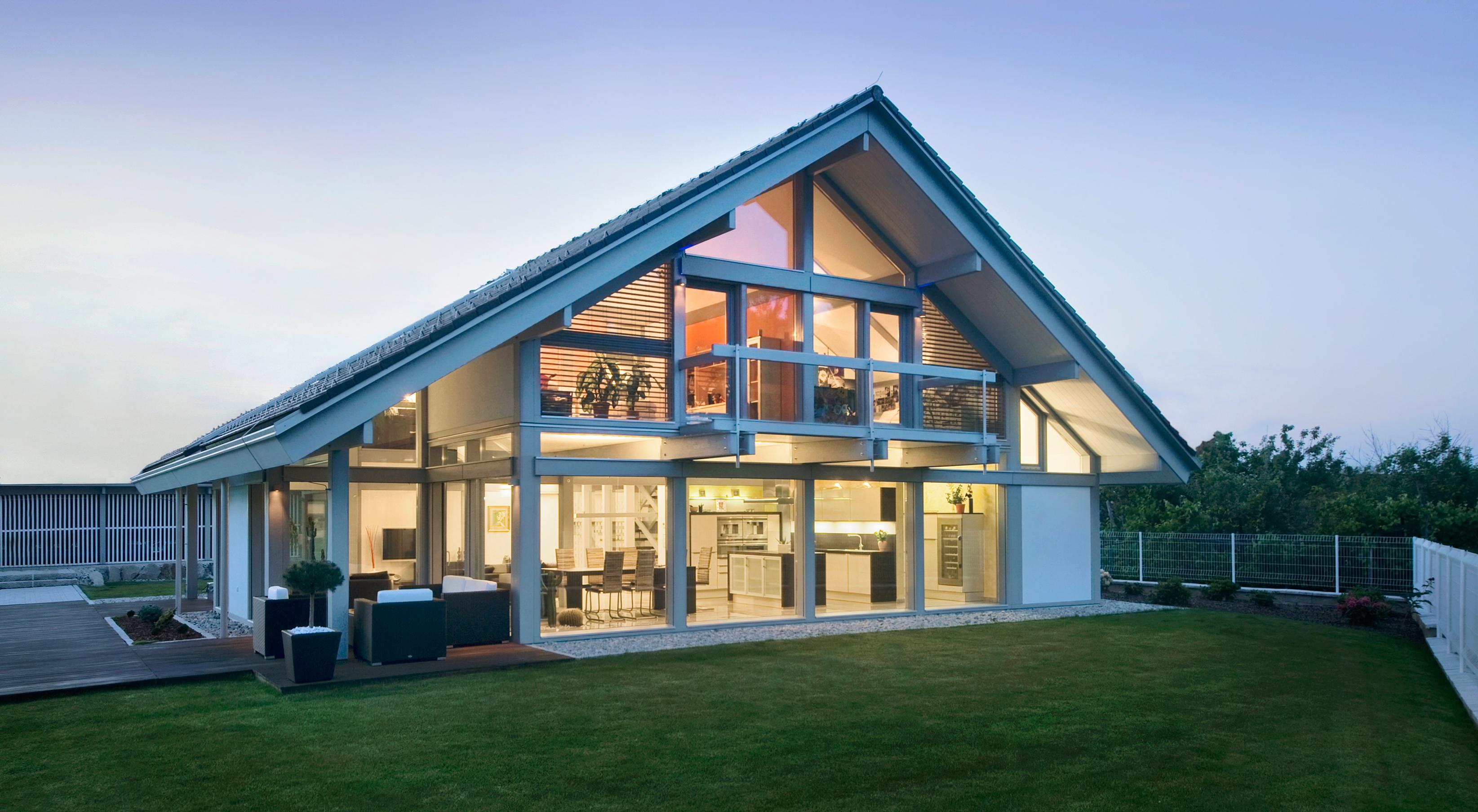 Проект дома из пеноблоков с фасадным остеклением