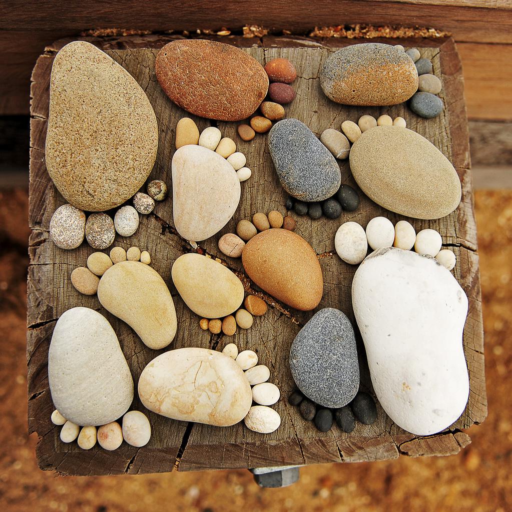 Отпечатки стоп из камней