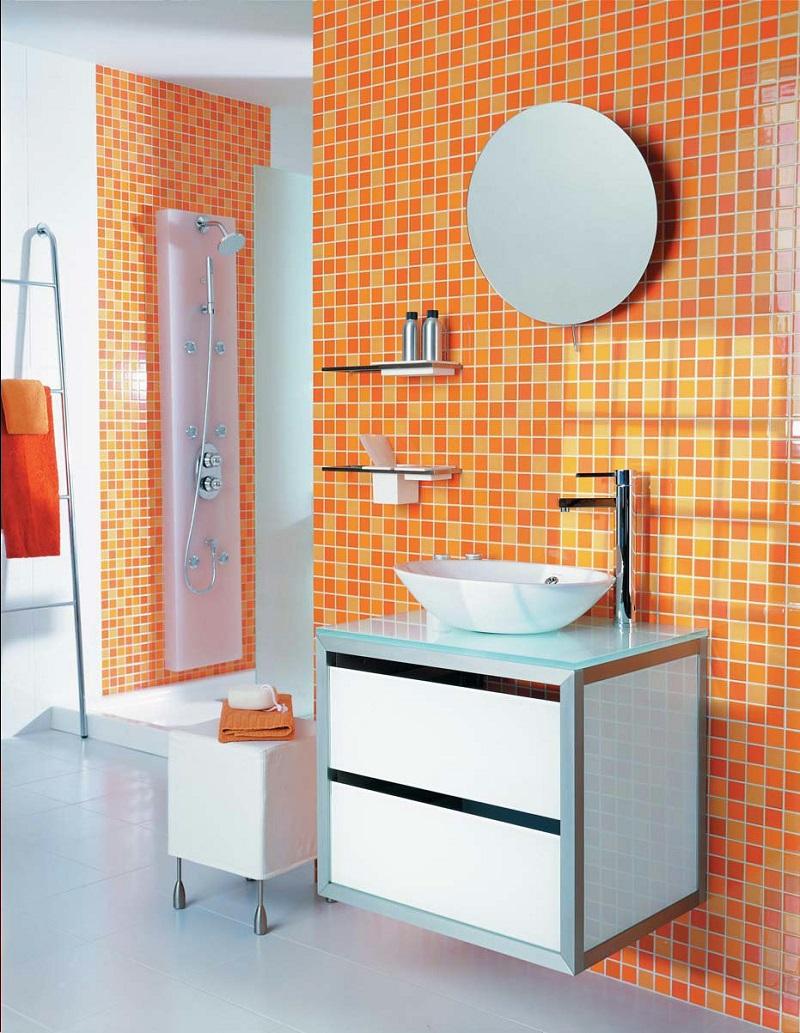 Мозаика в оранжевых оттенках в интерьере ванной